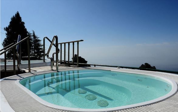 Outdoor Jacuzzi Rokeby Manor Landour