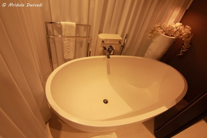 melia-dubai-bath-tub