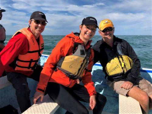 Happy gray whale watchers mar Y aventuras