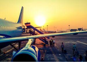 aereo su pista con passeggeri