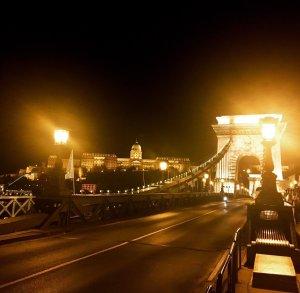 budapest meta nomadi digitali ponte delle catene illuminato di notte