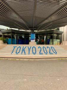 Scalinata con scritta Tokyo 2020 nella capitale giapponese