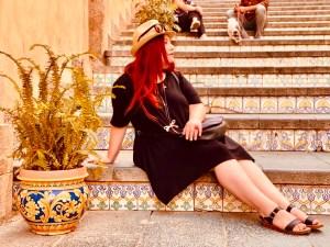 Elina seduta a Caltagirone