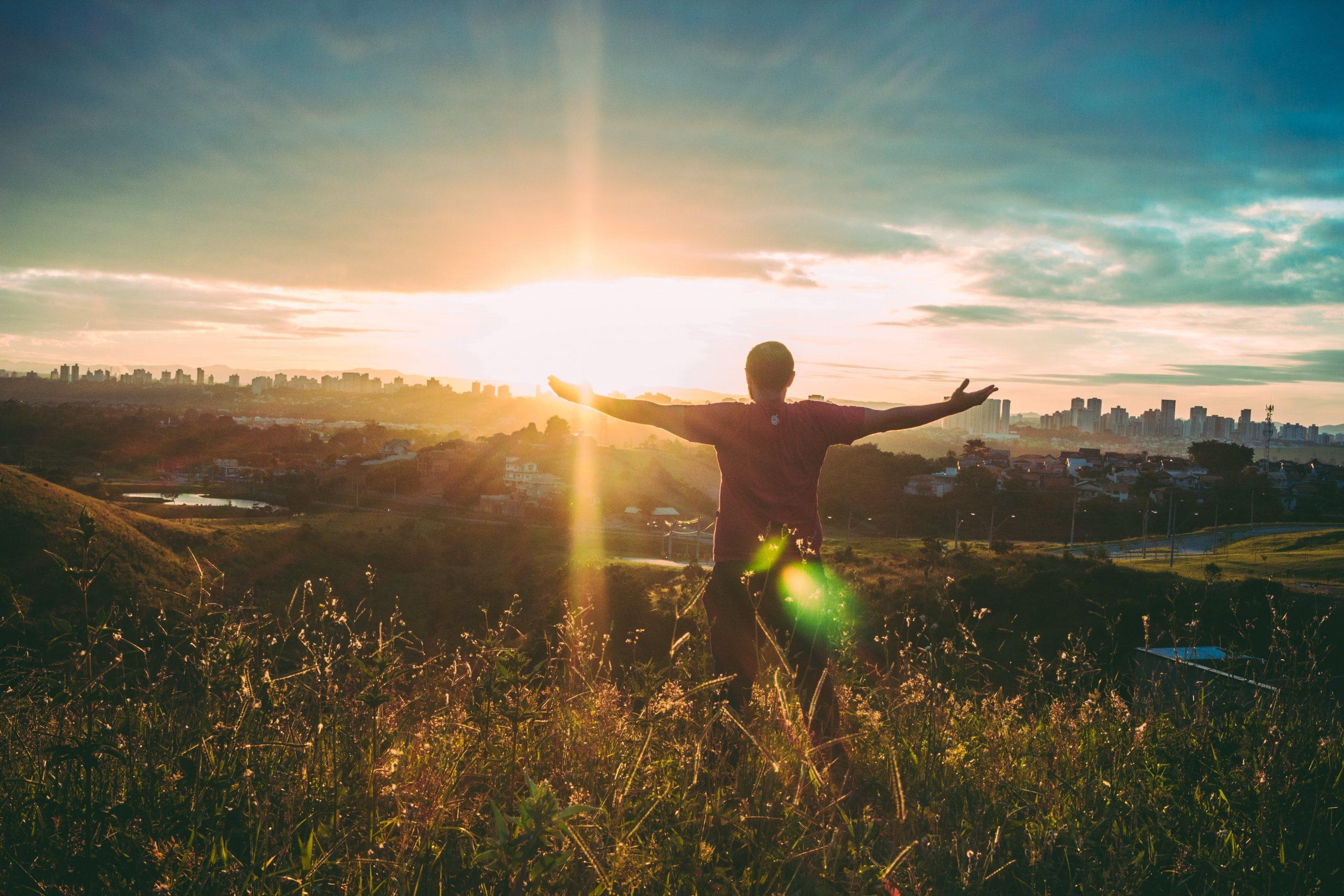 persona che apre le braccia verso il sole Il mio viaggio in Giappone traveltherapists miglior blog di viaggio