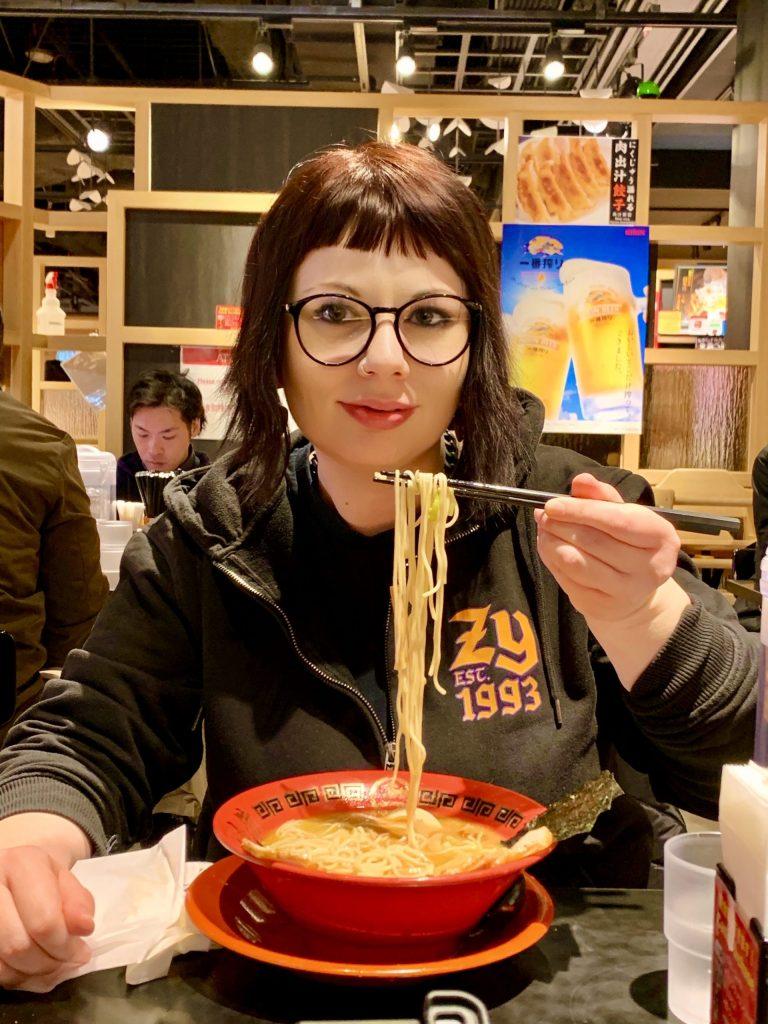 marzia con ramen a tokyo