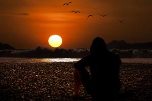 figura al tramonto in spiaggia