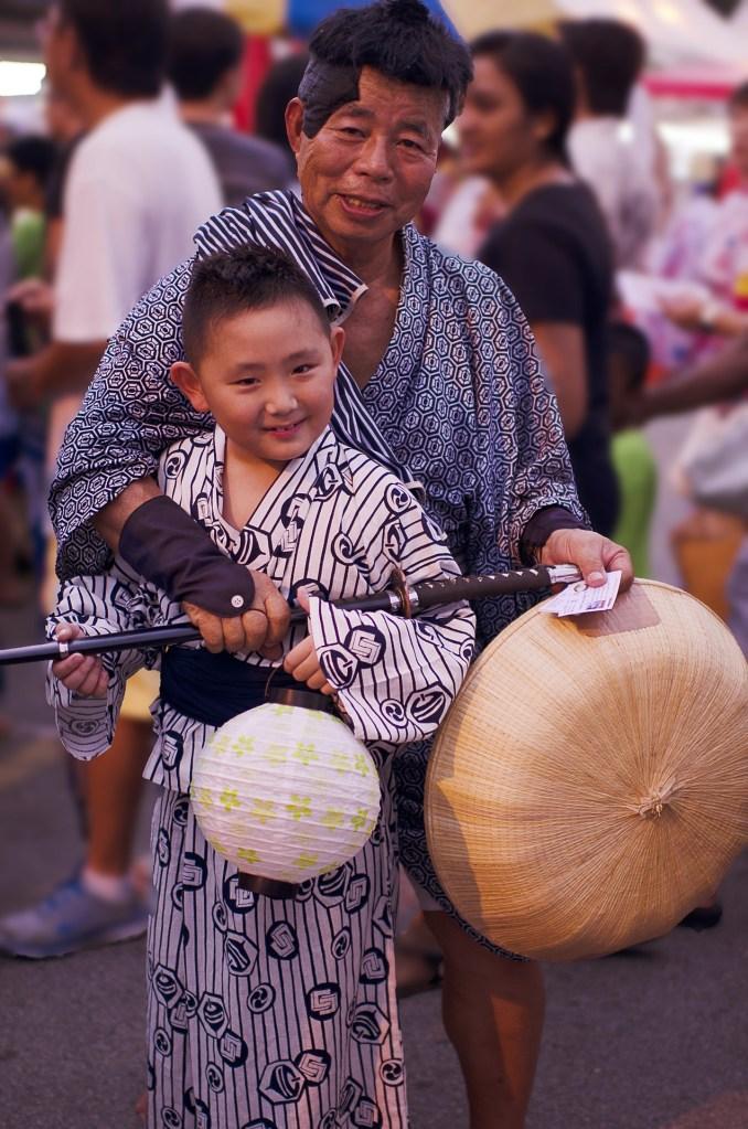 nonno e nipote giapponese per festival di bon traveltherapists