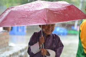 bambino bhutanese sorridente con ombrello