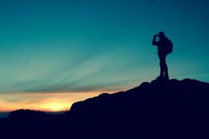 uomo tramonto promontorio
