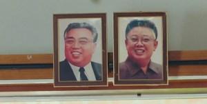 fotogramma di crash landing on you traveltherapists raffigurante le foto di due leader nordcoreani