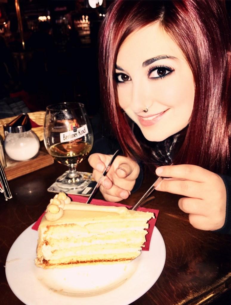 cosa mangiare in Germania elina traveltherapists con fetta di torta a berlino
