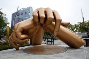 scultura delle mani di una delle pose del balletto di gangnam style a Seoul Il mio viaggio in Giappone traveltherapists
