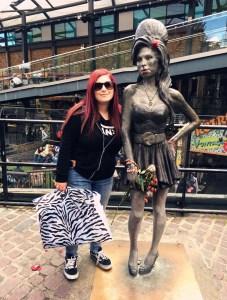 elina traveltherapists a Camden Town con statua Amy Winehouse
