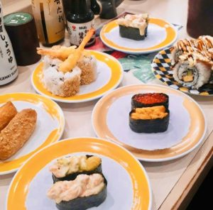kaiten-sushi-piatti-traveltherapists-il mio viaggio in giappone