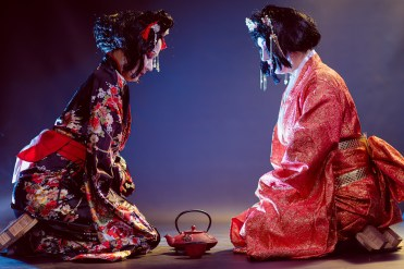 geishe con teiera Chadō: la cerimonia del tè in Giappone