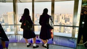 ragazze giapponesi di spalle con divisa alla marinara