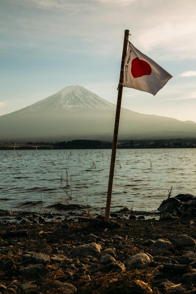 bandiera giapponese che sventola in spiaggia con il monte fuji sullo sfondo