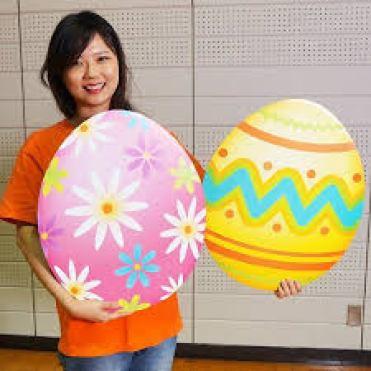 ragazza giapponese con due uova di pasqua giganti in mano