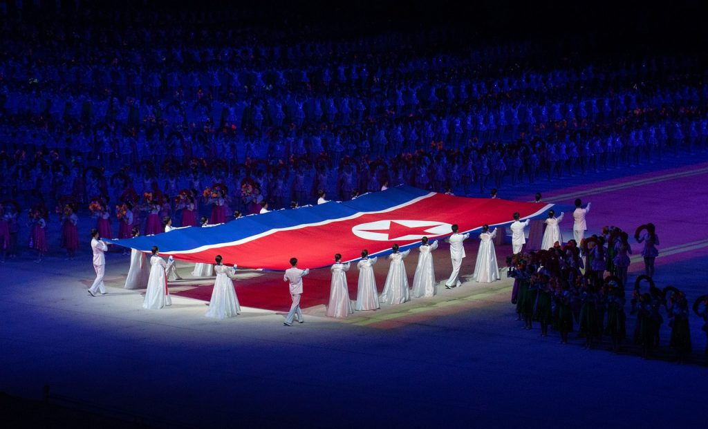 bandiera corea del nord retta da partecipanti manifestazione