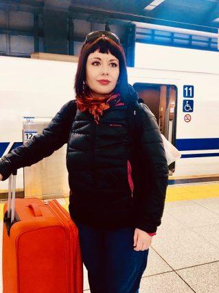 marzia alla stazione centrale di Tokyo che aspetta lo shinkansen Invenzioni giapponesi che hanno cambiato il mondo miglior blog di viaggio