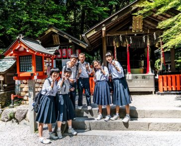 gruppo di studentesse giapponesi bandiere cina uk giappone corea del sud cinesi giapponesi coreani il mio viaggio in giappone traveltherapists miglior blog di viaggio Perché in Giappone si parla meno l'inglese rispetto a Cina e Corea?