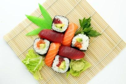 piatto di sushi salmone sushi-il mio viaggio in giappone traveltherapists miglior blog di viaggio