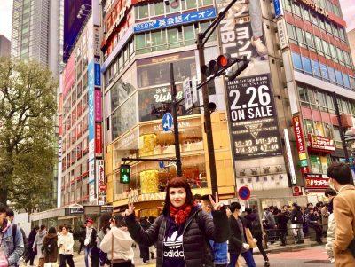 marzia shibuya crossing v sign tokyo golden week 2021 il mio viaggio in giappone traveltherapists miglior blog di viaggio