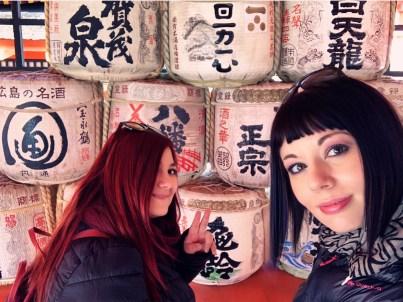 sullo sfondo barili di sakè nel tempio elina e marzia sake itsukushima shrine Uno dei santuari più antichi del Giappone miyajima il mio viaggio in giappone traveltherapists blog giappone miglior blog di viaggio