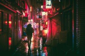 vicolo giapponese con pioggia pioggia in giappone il mio viaggio in giappone traveltherapists blog giappone miglior blog di viaggio