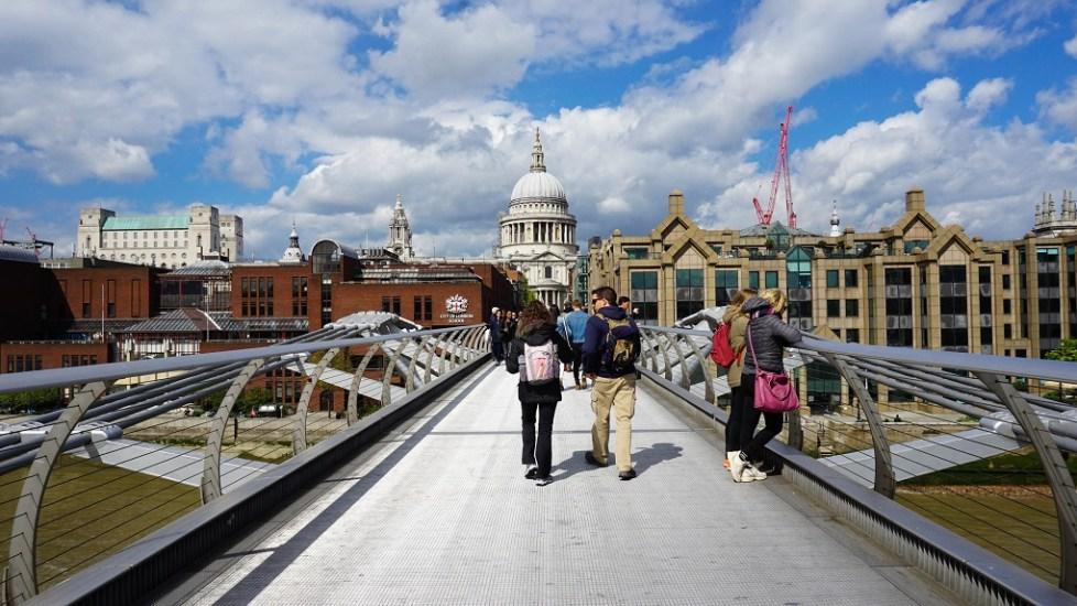 St Paul's Cathedral vanop Wobbly Bridge in Londen