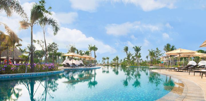 One of the large pools at the resort (Image Source: Shangri-La's Sanya Resort / shangri-la.com)