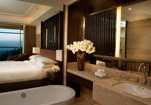 Bathroom of a Deluxe Room (Image Source: JW Marriott Mussooire Walnut Grove Resort / marriott.com)