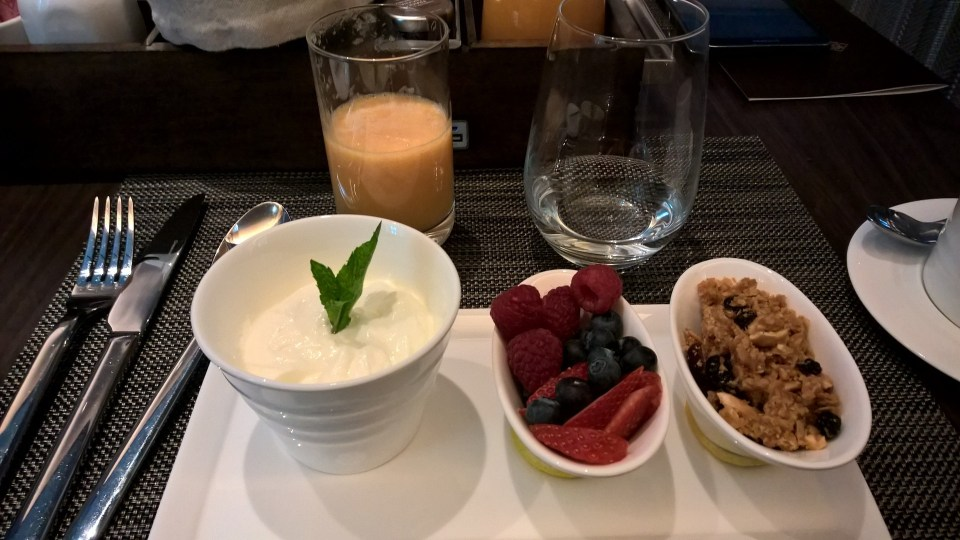 Granola, fresh berries an yogurt