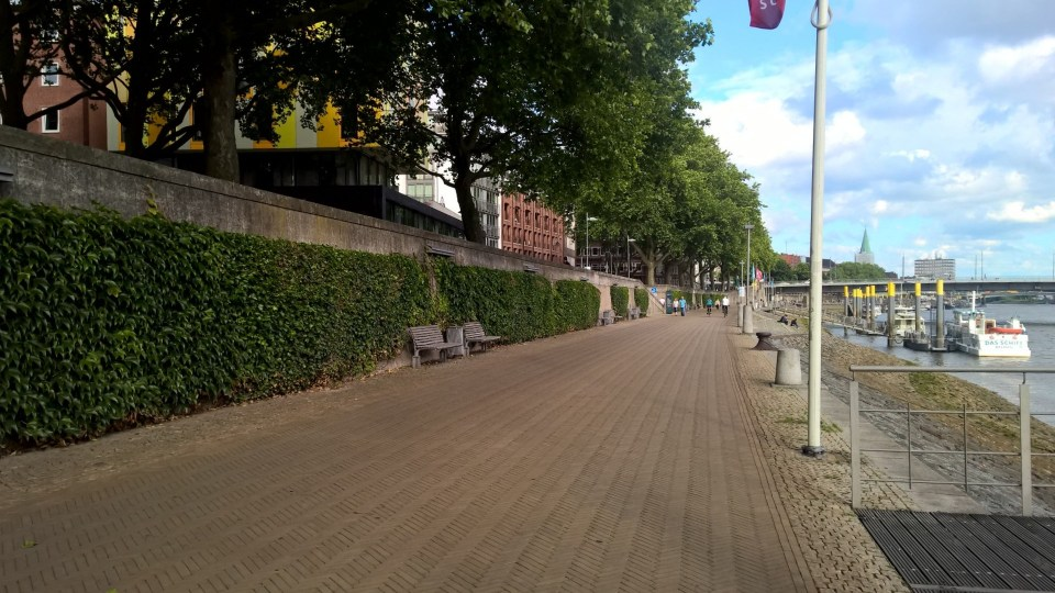 The running path next to the Weser