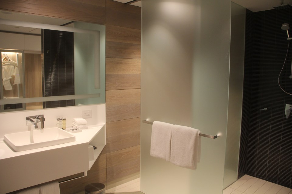 Pullman Sydney Airport Deluxe Executive Room Bathroom