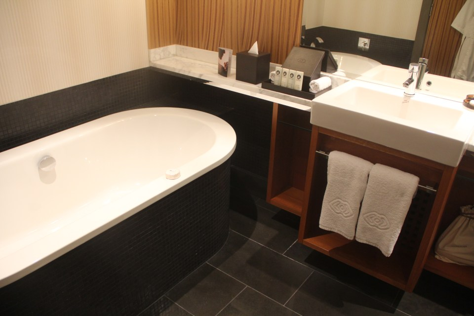 Sofitel Auckland Luxury Atrium View Room Bathroom