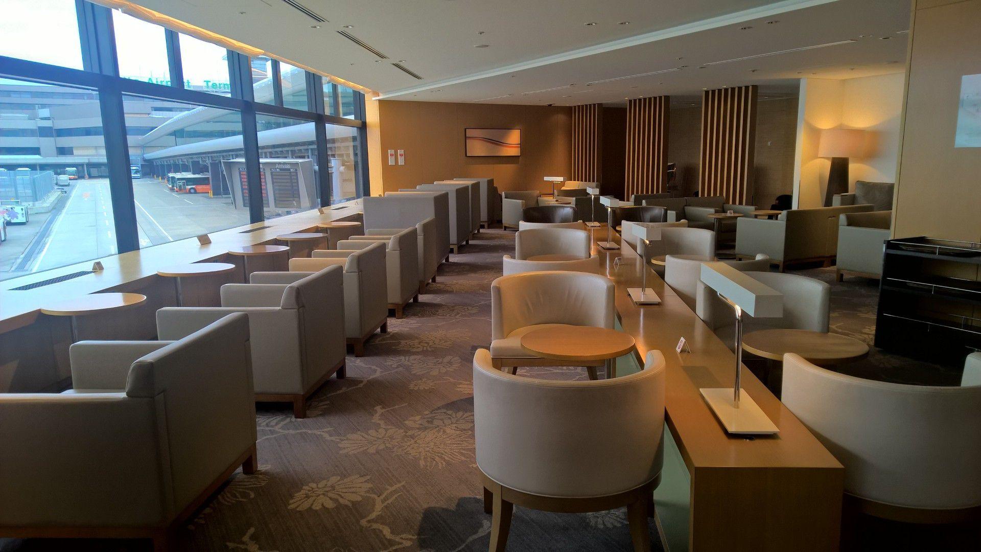 JAL Sakura Lounge Tokyo Narita Seating