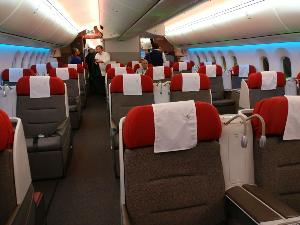 LATAM Business Class Boeing 787-9 Cabin 4