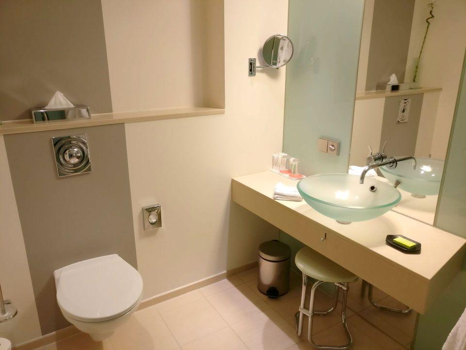 Le Meridien Hamburg Corner Room Bathroom