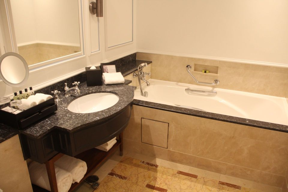 InterContinental Singapore Deluxe Room Bathroom