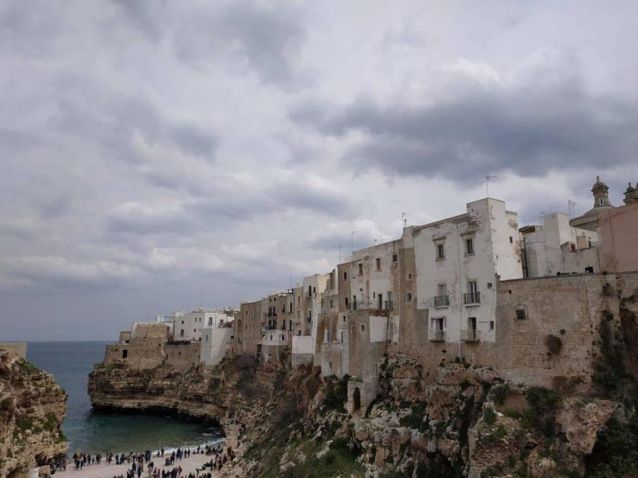 Πανοραμική άποψη του Πολινιάνο α Μάρε με την παλιά πόλη και την παραλία.