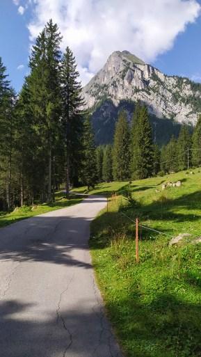 Primo tratto di sentiero su strada asfaltata