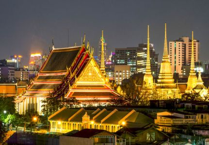 An_evening_view_of_Wat_Pho_temple_complex_in_Thailand.jpg