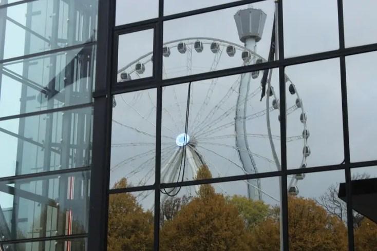 Roata panoramică de la Liseberg reflectată în Gothia Towers, Gothenburg