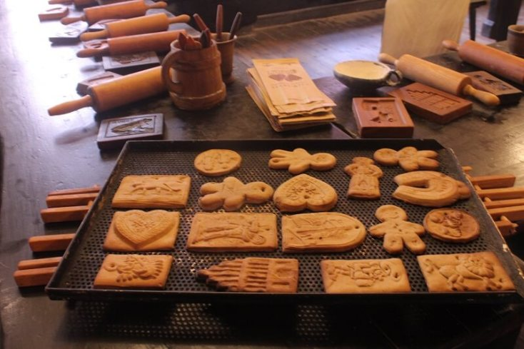 A tray full of pierniki souvenirs