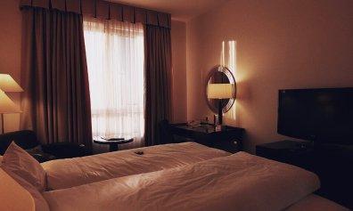 Review Lindner Hotel City Plaza Köln First Class Doppelzimmer Bett und Schreibtisch