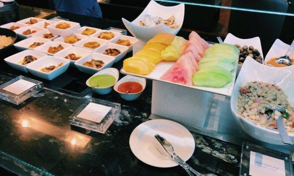 Turkish Airlines Lounge Washington DC Buffet Früchte und warme Speisen