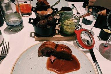 Review The Ritz-Carlton Wolfsburg Restaurant Terra Hauptgang Schweinefleisch im Speckmantel
