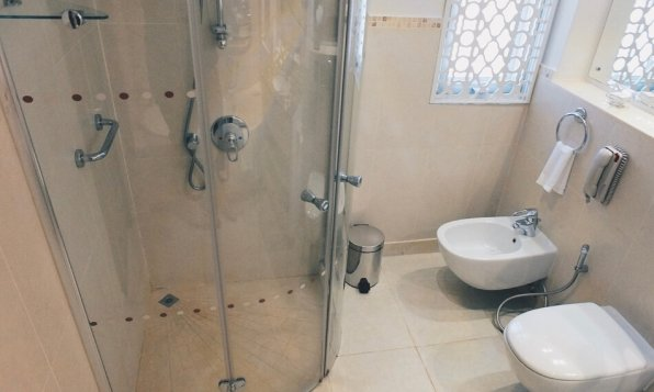 JA Hatta Fort Hotel Dubai Badezimmer Dusche