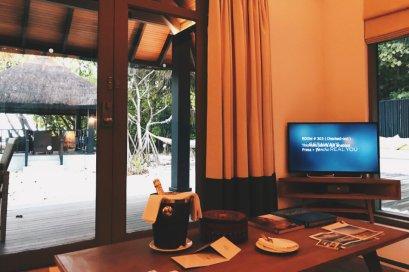 Review JA Manafaru Maldives 1 Bedroom Beach Suite Willkommensgruss TV-Ecke